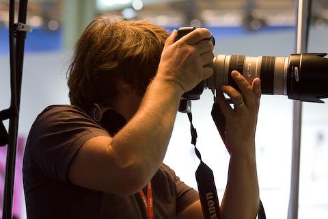 Aufgrund der vewendeten Brennweite habe ich Fotograf und Modell nicht zusammen auf das Bildbekommen. Hab mich für den Fotograf mit Canon-Kamera entschieden. Bei Nikon wäre die Wahl anders ausgegangen.